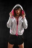 Huv för omslag för utbildning för stark sportfräknekvinna bärande på att posera som är utmanande Royaltyfria Foton