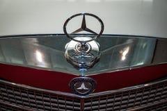 Huvprydnad av den Mercedes-Benz tre-stråle stjärnan, closeup Arkivbilder