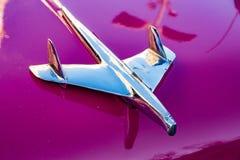 Huvprydnad på ` 1950 s Ford Fairlane Royaltyfria Foton