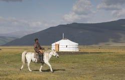 Huvsgul, Монголия, 6-ое сентября 2017: монгольский человек ехать h Стоковые Изображения RF