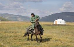 Huvsgul, Mongólia, o 6 de setembro de 2017: homem do mongolian que monta um h Imagens de Stock Royalty Free