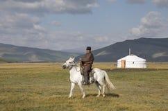 Huvsgul, Mongólia, o 6 de setembro de 2017: homem do mongolian que monta um h Imagem de Stock