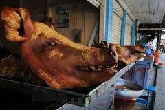 Huvud av döda svin som väntar för att förbereda sig och säljas i gatorna av Ecuador, Sydamerika royaltyfria foton