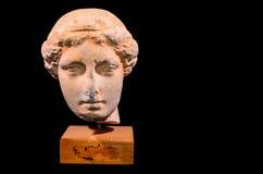 Huvud av den isolerade gammalgrekiskastatyn Royaltyfri Bild