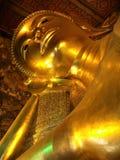 Huvud av en enorm guld- Buddha arkivbilder