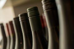 Huvud av förseglade mörka flaskor av vin Royaltyfri Bild