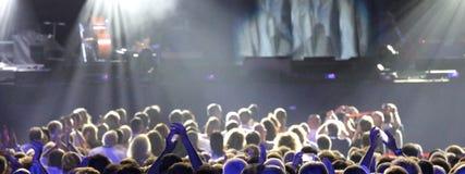 Huvud av folk under den levande konserten royaltyfri bild