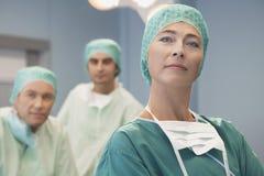Huvud av kirurgiska Team With Surgeons royaltyfri fotografi