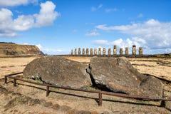 Huvud och kropp av en stupad moai på Ahu Tongariki, påskö, Royaltyfria Bilder