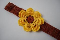 Huvudbindelbrunt med den gula blomman Royaltyfri Foto