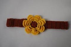 Huvudbindelbrunt med den gula blomman Royaltyfria Foton