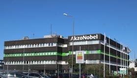 Huvudbyggnad av Akzo Nobel den kemiska växten med behållare och rör i de kemiska branscherna i Botleken härbärgerar i Rotterdam i royaltyfri fotografi