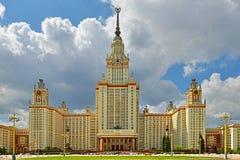 Huvudbyggnad av den Lomonosov Moskvadelstatsuniversitetet i sommar Det byggdes i 1953 Royaltyfri Bild