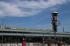 Huvudbyggnad av den Rotterdam Haag flygplatsen, en liten flygplats nästan Rotterdam, Nederländerna fotografering för bildbyråer