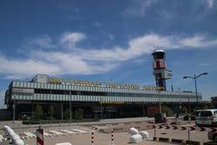 Huvudbyggnad av den Rotterdam Haag flygplatsen, en liten flygplats nästan Rotterdam, Nederländerna arkivfoton