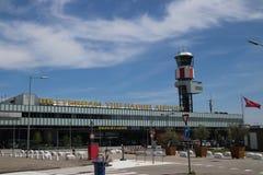 Huvudbyggnad av den Rotterdam Haag flygplatsen, en liten flygplats nästan Rotterdam, Nederländerna royaltyfri foto