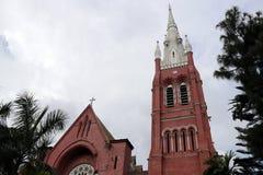Huvudbyggnad av det kyrkliga och kyrkliga tornet med trädet på himmelbakgrund på domkyrkan av den heliga trinityen Royaltyfri Fotografi