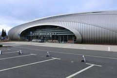 Huvudbyggnad av Karlovy varierar flygplatsen Arkivfoto