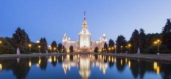 Huvudbyggnad av Moskvadelstatsuniversitetet på sparvkullar på natten, Ryssland Royaltyfri Bild