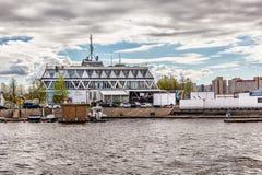 Huvudbyggnaden av den centrala yachtklubban i St Petersburg Royaltyfri Foto