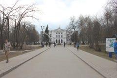 Huvudbyggnaden av den Tomsk delstatsuniversitetet i Ryssland vid våren Arkivbild