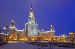 Huvudbyggnaden av Moskvadelstatsuniversitetet på en vinterafton Arkivbilder