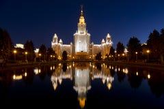 Huvudbyggnaden av Moskvadelstatsuniversitetet på natten Royaltyfri Foto