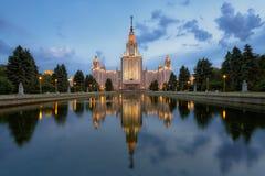 Huvudbyggnaden av Moskvadelstatsuniversitetet på natten Royaltyfria Bilder