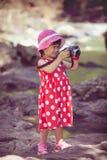 huvuddel full Asiatisk flickafotograf med den yrkesmässiga digitala kammen Arkivbilder