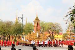 huvuddelen bär tusen dollar henne processionroyaen till royaltyfri bild