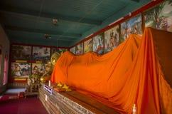 Huvudet av att vila nära övre för Buddha fördärvar av den forntida buddistiska templet av WatMuen Ngoen Kong Chiangmai Thailand Arkivbild