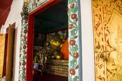 Huvudet av att vila nära övre för Buddha fördärvar av den forntida buddistiska templet av WatMuen Ngoen Kong Chiangmai Thailand Arkivfoto