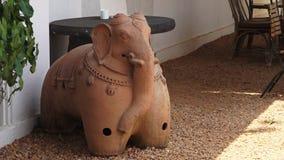 Huvudet av en keramisk elefantstaty i Indien stock video