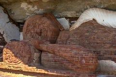 Huvudet av 48 fot den långa sova Buddhastatyn på den Pidurangala templet på Sigiriya i Sri Lanka Royaltyfria Bilder