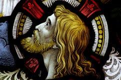 Huvudet av Jesus Christ i målat glass Arkivfoto