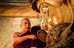 Huvudet av munkar utför en ritual, daglig tvagning framsidan av Buddha fotografering för bildbyråer