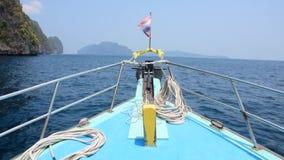 Huvudet av skeppet fästas till den thailändska flaggan som seglar till havet lager videofilmer