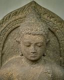 Huvudet av statyn Amitabha grundar i det centrala Java 8-10th århundradet royaltyfria bilder