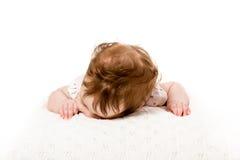 Huvudet som ligger ner, behandla som ett barn på säng Arkivbilder