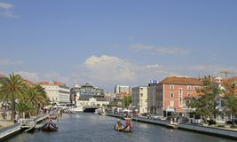 Huvudkanalen av staden av Aveiro arkivbild