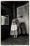 Huvudlös kvinna som bär den traditionella klänningen Konstverk för blandat massmedia Royaltyfri Foto