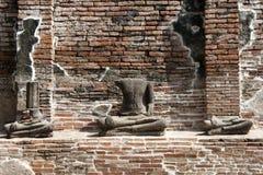 Huvudlösa Buddha fördärvar på tempelet Royaltyfri Foto