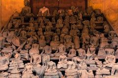 Huvudlösa Buddhastatyer på Wat Si Saket, Laos Royaltyfri Fotografi