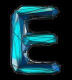 Huvudlatinsk bokstav E i låg poly stilblåttfärg som isoleras på svart bakgrund Royaltyfri Bild