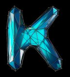 Huvudlatinsk bokstav K i låg poly stilblåttfärg som isoleras på svart bakgrund Royaltyfria Foton
