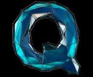 Huvudlatinsk bokstav Q i låg poly stilblåttfärg som isoleras på svart bakgrund Arkivfoto