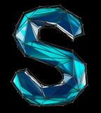 Huvudlatinsk bokstav S i låg poly stilblåttfärg som isoleras på svart bakgrund Arkivfoton