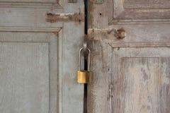 Huvudnyckel med dörrbakgrunden royaltyfri bild