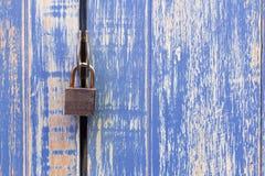 huvudnyckel och gammal blå trädörr för lås Padlocked på blått wo royaltyfri bild