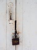 Huvudnyckel och handtag på den vita dörren arkivfoton